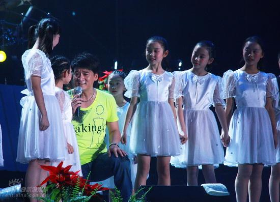 图文:周华健北京个唱首场-与小朋友合唱奥运歌曲