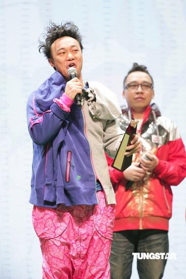 图文:陈奕迅获我最喜爱男歌手奖-发型很像福娃图片