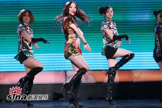 图文:中歌榜典礼现场-李小璐与舞群配合