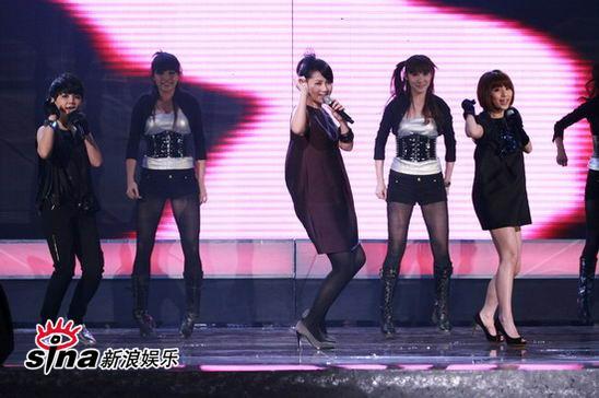 图文:中歌榜典礼现场-S.H.E与歌迷互动