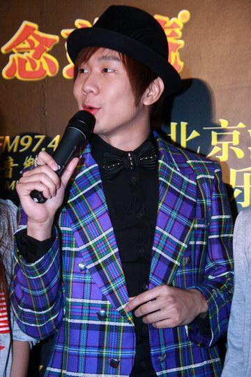 图文:中歌榜红毯--林俊杰亮色格子装抢眼