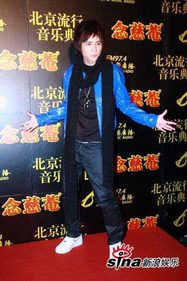 图文:中歌榜红毯--薛之谦黑色围巾保暖