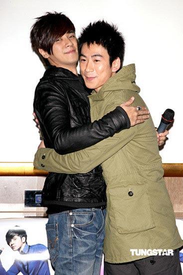 图文:罗志祥搞笑K歌--男生也要抱