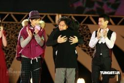 组图:张学友带头向林夕致敬罗大佑颁奖送拥抱