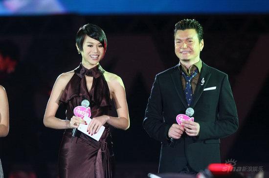 图文:十大中文金曲颁奖礼--胡杏儿(左)精彩亮相