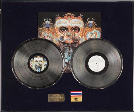 图文:杰克逊拍卖大全--双白金唱片认证