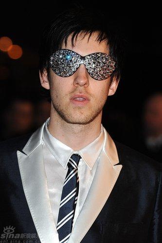 图文:全英红毯--CalvinHarris戴彩钻眼镜