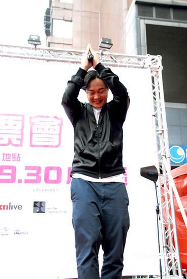 组图:陈奕迅台湾签票会上一鼓作气打爆气球
