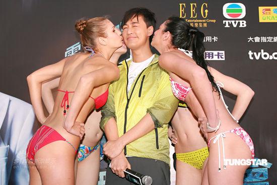 图文:林峰个唱发布会-比基尼模特送香吻