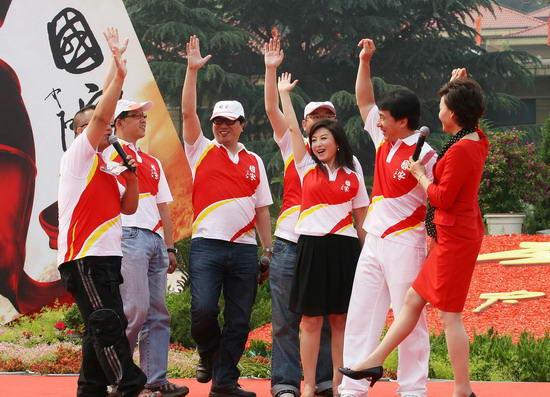 图文:《国家》MV西柏坡首映--主创齐挥手