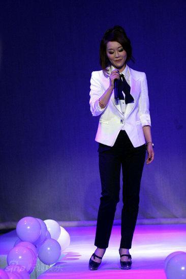 图文:王菲菲新专辑视听会--白色西服装