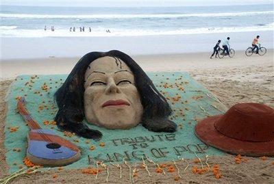 图文:全球歌迷悼念杰克逊--沙滩上的纪念活动