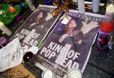 组图:歌迷聚集纽约阿波罗剧院哀悼杰克逊