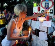 组图:洛杉矶歌迷纪念杰克逊用鲜花送上祝福