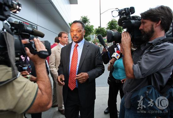 图文:杰克逊悼念仪式举行--杰西杰克逊遭媒体围堵