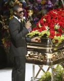 组图:亚瑟小子在灵柩旁献唱难忍悲伤哽咽哭泣