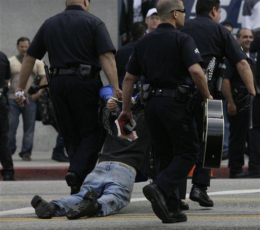 图文:一名歌迷于公共悼念仪式现场外被逮捕
