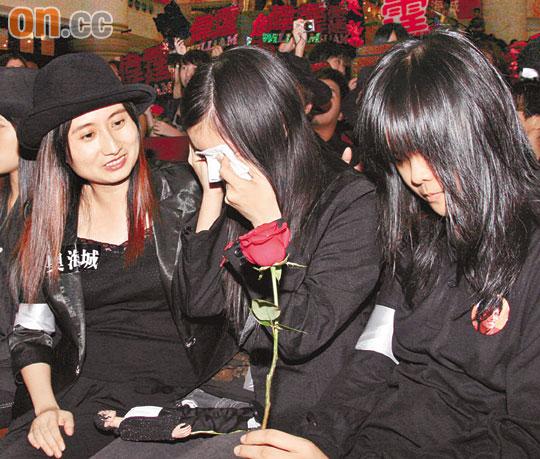 香港歌迷追思杰克逊陈伟霆忍泪载歌载舞(组图)