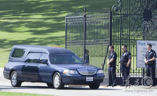 图文:杰克逊追悼仪式开始--灵车驶出森林墓园