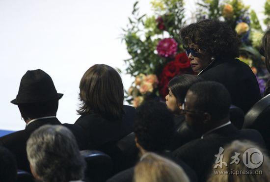 组图:杰克逊父母现身悼念会场双亲神情悲痛