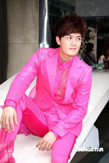 一身粉红色的西装,令人惊艳