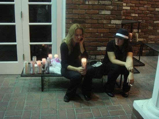图文:杰克逊葬礼--歌迷点蜡烛守候