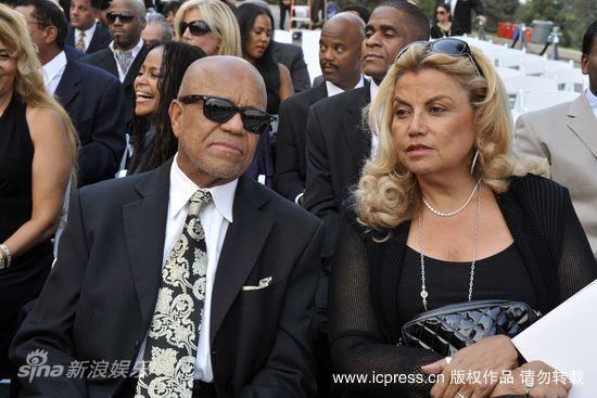图文:迈克尔-杰克逊葬礼-摩城创始人贝利戈蒂