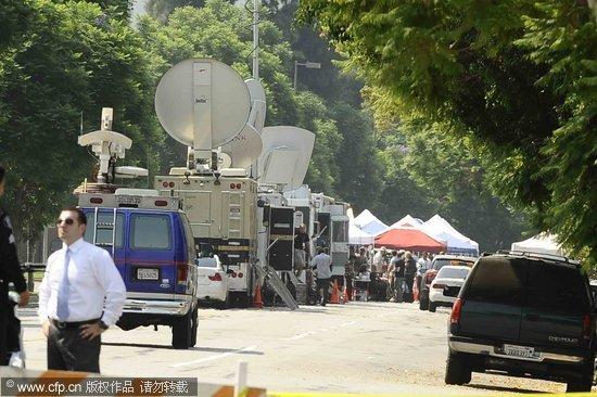 图文:杰克逊葬礼-媒体转播车拥堵墓园阻碍交通