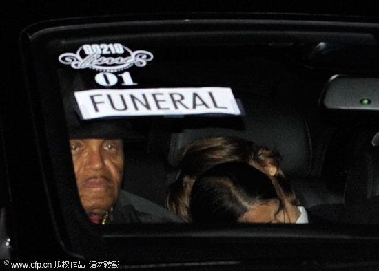 图文:杰克逊葬礼--乔-杰克逊赶往墓园送别儿子