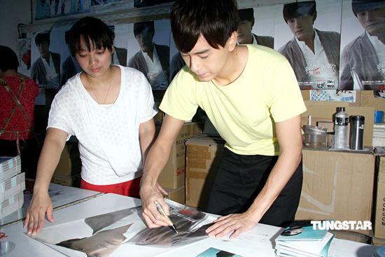组图:郑元畅体验CD唱片包装将送歌迷手绘卡片