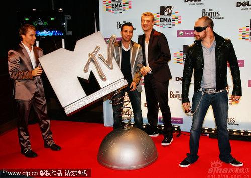 图文:MTV欧洲奖后台-后街男孩徽标前摆酷