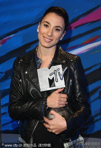 图文:MTV奖艺人捧杯-丹麦歌手Medina