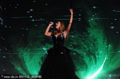 图文:丽安娜-刘易斯秀天籁歌声-举臂高唱