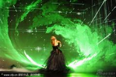 组图:里昂娜-刘易斯歌如天籁不慎俯身泄爆乳