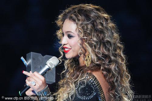 图文:碧昂丝收获MTV三项大奖-对收获满意