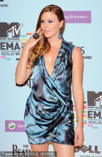 图文:09MTV欧洲音乐奖红毯-乔丝-史东拨弄头发显妩媚