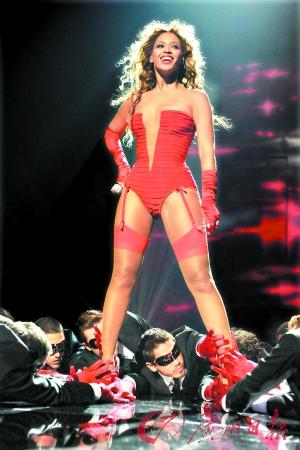 图文:众歌手雷人造型-碧昂斯红装性感