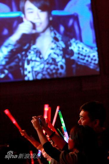 图文:陶喆北京热闹开唱-歌迷高举相机拍摄