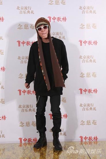 图文:09中歌榜颁奖礼红毯-王啸坤民族风