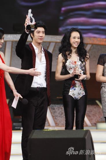 图文:09中歌榜颁奖礼现场-莫文蔚笑得开心