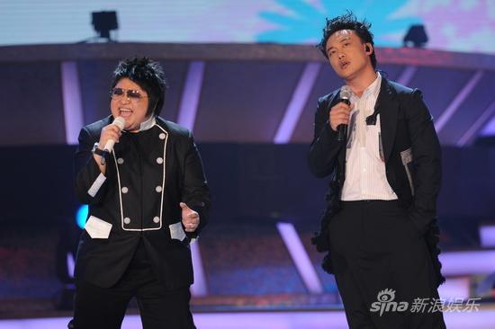 图文:09中歌榜颁奖礼-韩红与陈奕迅现场飙歌