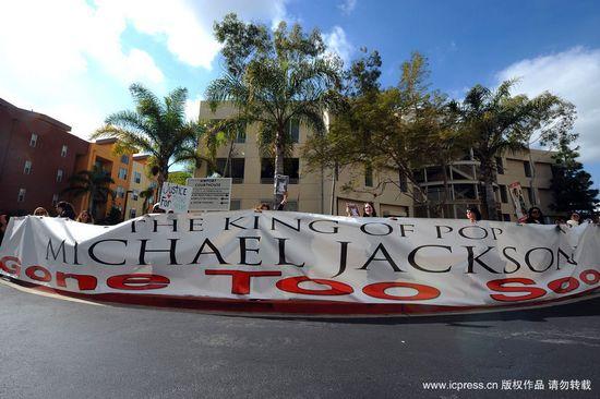 图文:杰克逊全家出席听审-巨型横幅