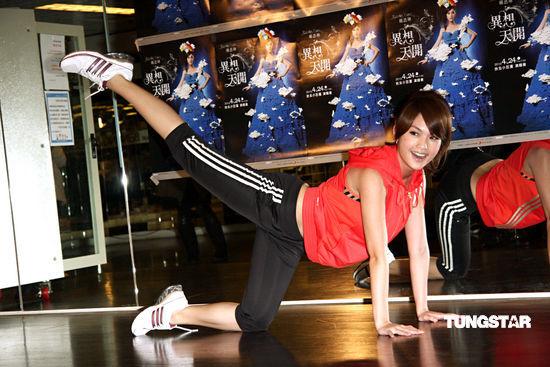 图文:杨丞琳为演唱会练体能-瑜伽动作
