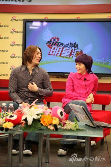 图文:范晓萱做客聊新碟-同成员关系融洽