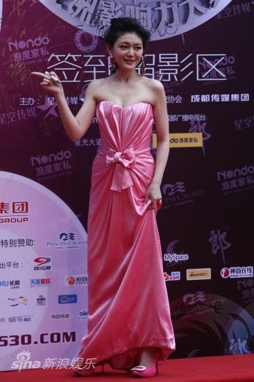 图文:华语榜中榜红毯-大S背板签名