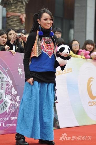图文:华语榜中榜颁奖礼-萨顶顶民族服饰亮相
