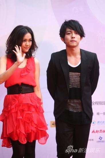 图文:华语榜中榜红毯-谢安琪林宥嘉面对镜头