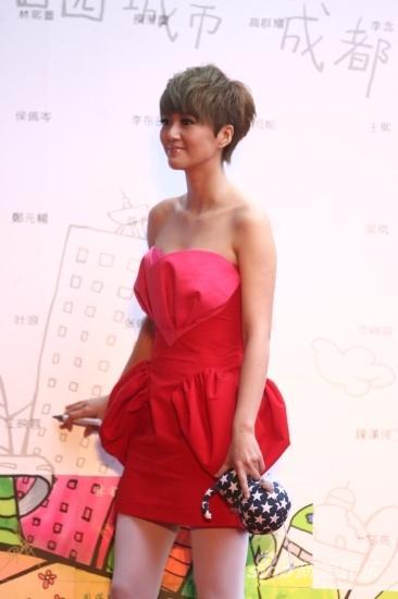 图文:华语榜中榜红毯-谭维维秀性感香肩