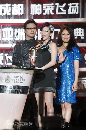 图文:华语榜中榜现场-温岚获奖很高兴