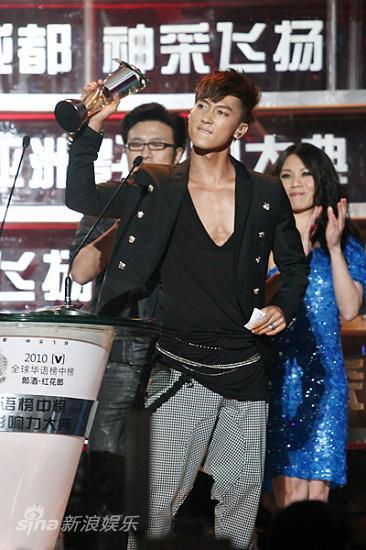 图文:华语榜中榜现场-张佑赫拿奖